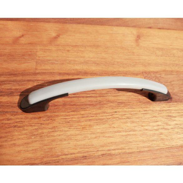Műanyag bútorfogantyú, fekete-szürke színű, 96 mm furattávval