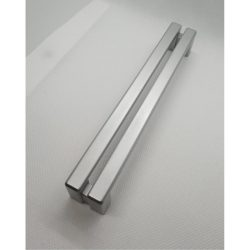 Ezüst színű, műanyag bútorfogantyú, 160 mm furattávolság