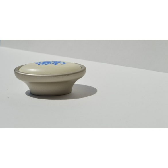 Fém-műanyag bútorfogantyú, Pezsgő - Fehér - Kék virággal, 16 mm Furattáv