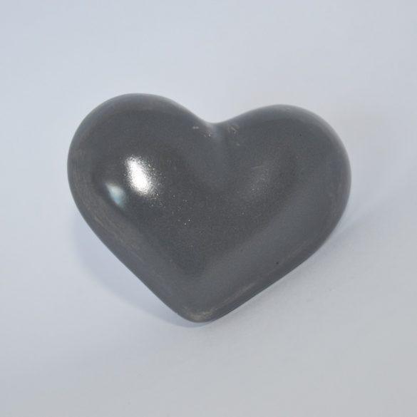 Fém-porcelán bútorgomb, szív alakú, szürke színű, ezüst talprésszel