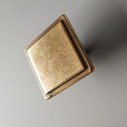 Négyszögletű, fém bútorgomb, bronz színű, 30 x 30 mm