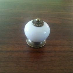 Fehér- bronz színű, fém- porcelán gomb bútorfogantyú