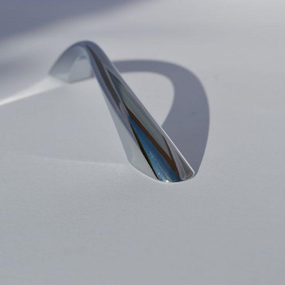 Möbelgriff aus Metall in glänzendem Chrom
