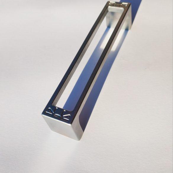 Seidenglänzender, chromfarbener Möbelgriff aus Metall