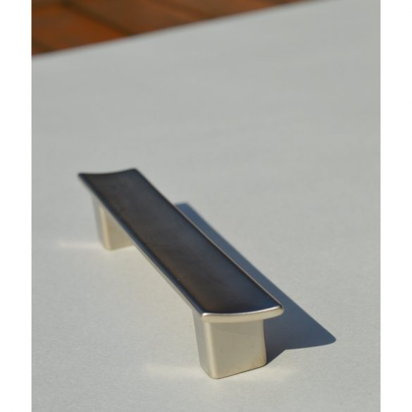 Möbelgriff aus mattnickel-farbigem Metall