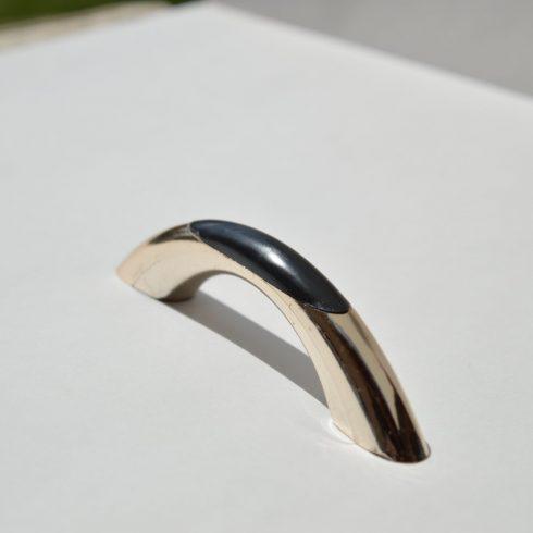 Műanyag bútorfogantyú, arany - fekete színű, 64 mm furattáv