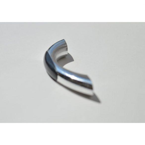 Műanyag bútorfogantyú, ezüst - fekete színű, 64 mm furattáv